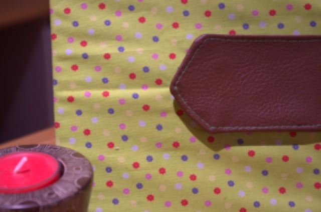Je ne sais pas vous mais moi j'adore la petite pièce en cuir pour fermer le carnet :) On ne le voit pas mais un aimant se cache sous la languette en cuir !