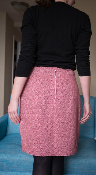Le pied à fermeture éclair me manque quand même drôlement là ! Sur cette photo on a l'impression que c'est la cata, en vrai, grâce à la parmenture très astucieuse de cette jupe, on la voit très peu !